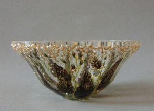 Bokaal (2 unica), gebrandschilderd glas & separate smeedijzeren standaard, 28 x 18 cm, 2013
