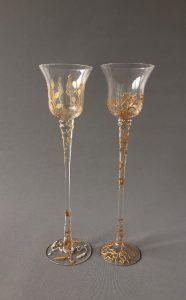 """Kelken op Hoge Voet """"Belle Époque d'Or"""", gebrandschilderd glas, hoogte variërend van 30 – 20 cm, diameter 8 cm, 2018"""